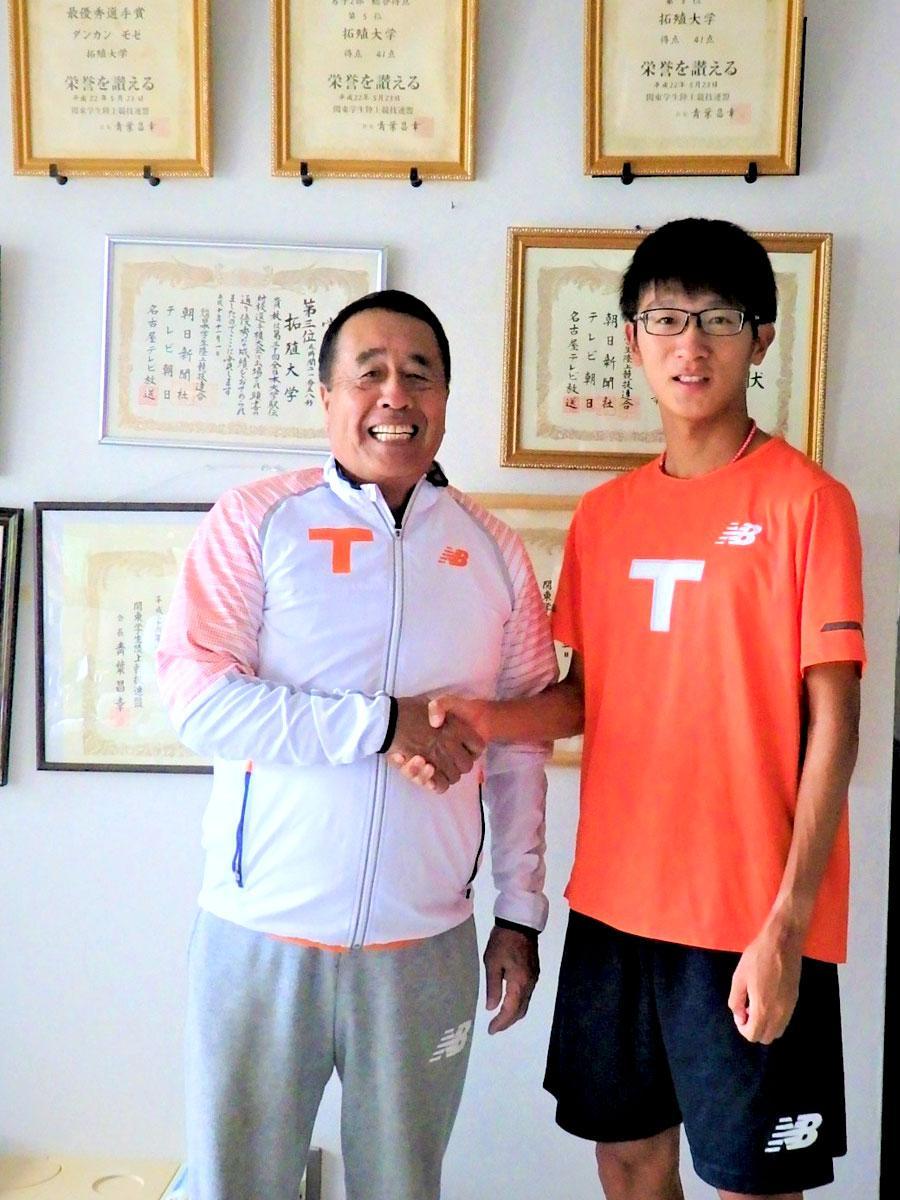 拓殖大陸上競技部・岡田正裕監督と吉原遼太郎選手(2年)、西調布のクラブハウスにて