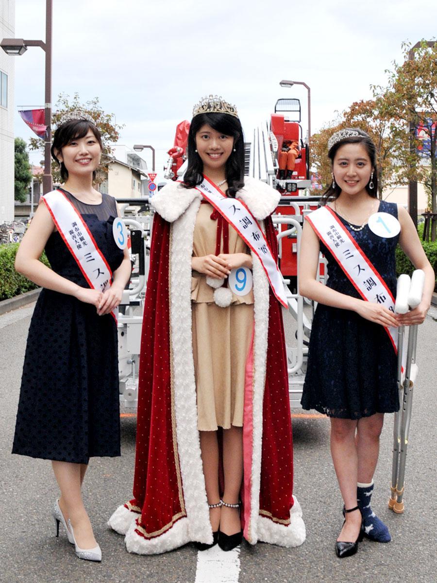 「ミス調布2018グランプリ」の松澤ひかるさん(中央)、「準グランプリ」の小渕由樹さん(右)と岩本舞さん(左)