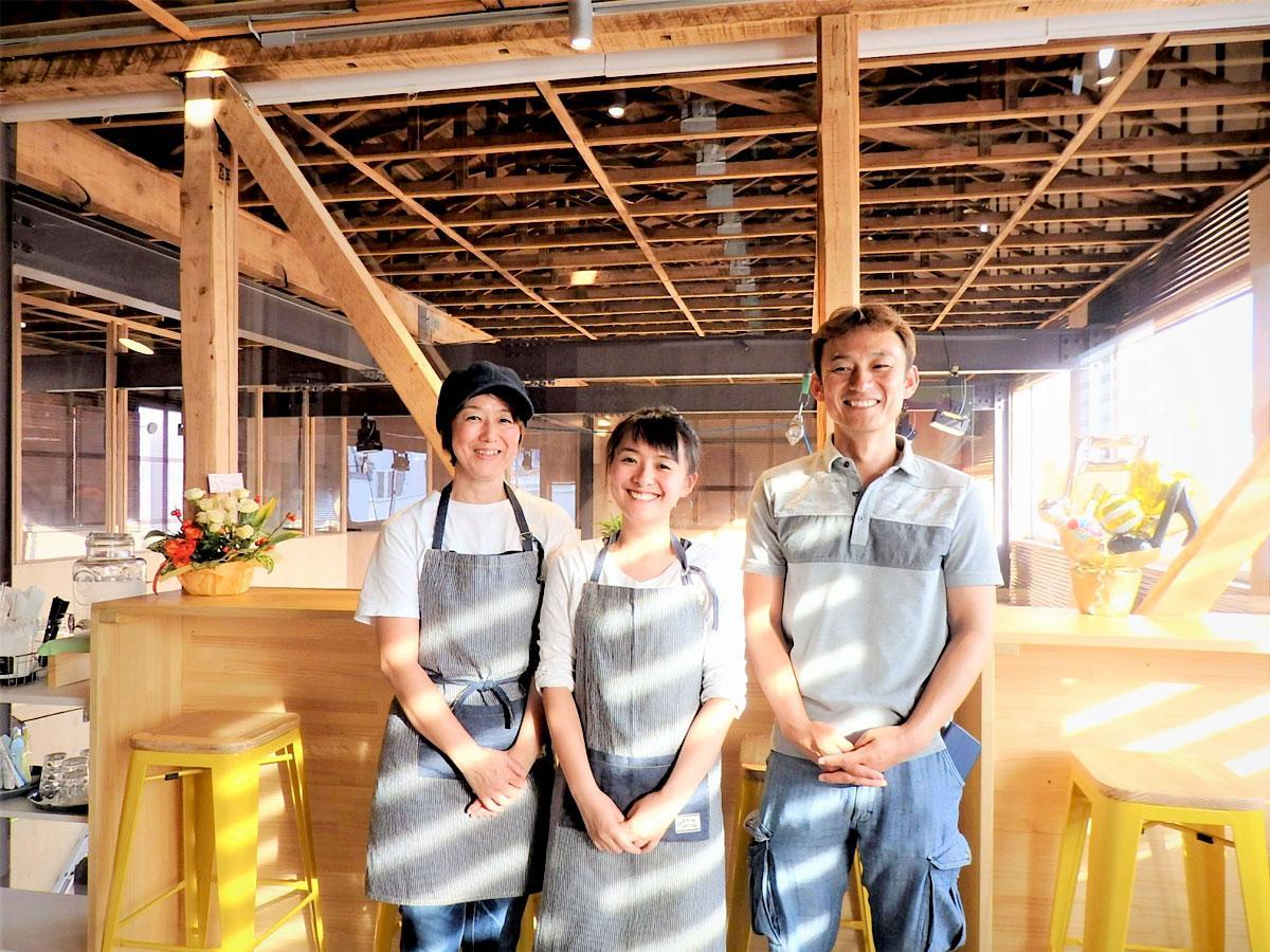 右から店主の川澄朋章さん、娘の華佳さん、妻の有紀さん