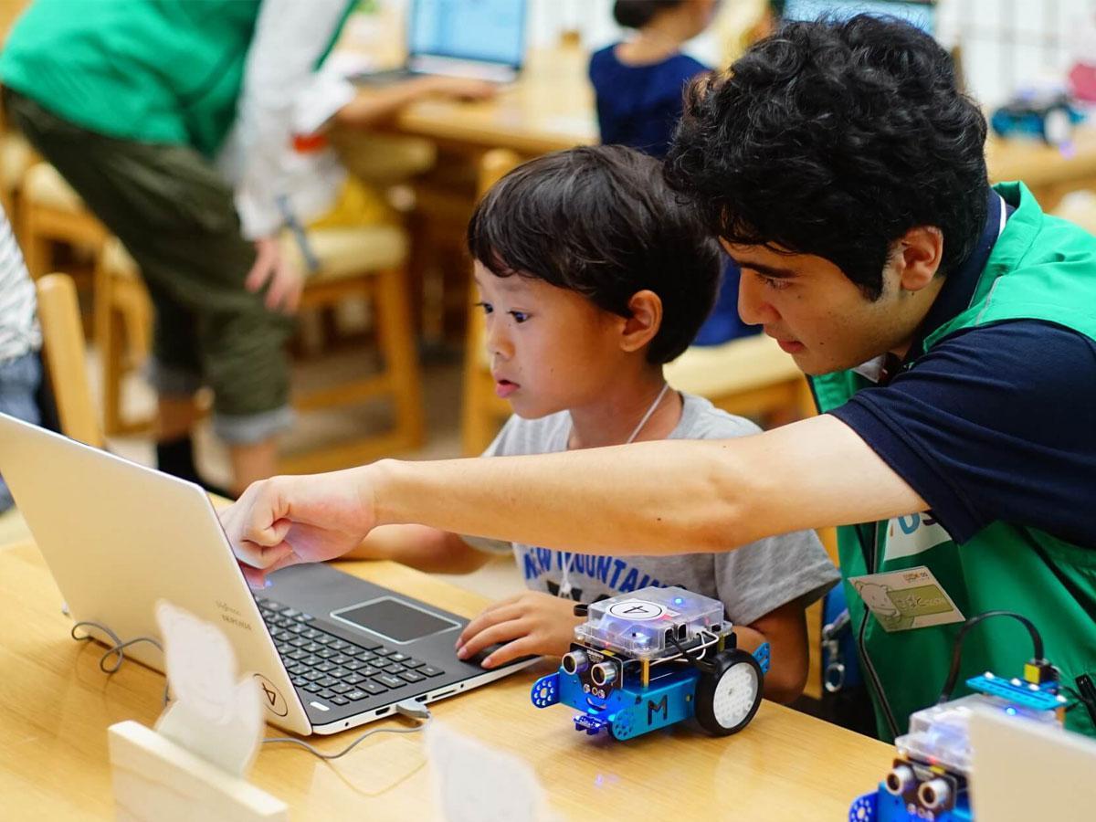 調布に小学生向けプログラミング教室 外国人講師と英語で学ぶ試み