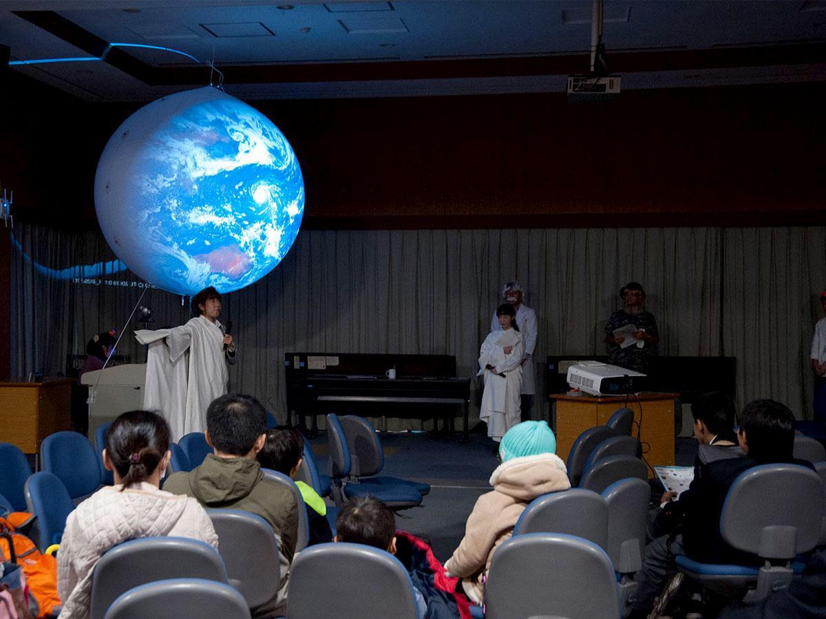 宇宙を映しだす巨大な球(バルーン)が今年も国立天文台に登場。「ユニバース(宇宙)の球」から命名された、特別企画「ゆにたま」 ©国立天文台