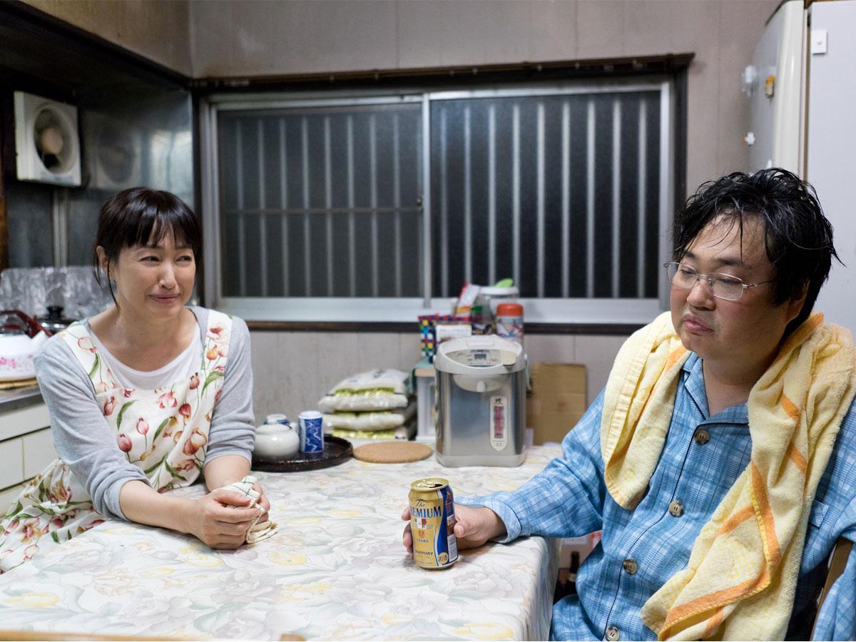 「くらやみ祭」で人生を見直していく主人公・小川さん役の六角精児さんと、妻役の高島礼子さん。提供:ヴァンブック