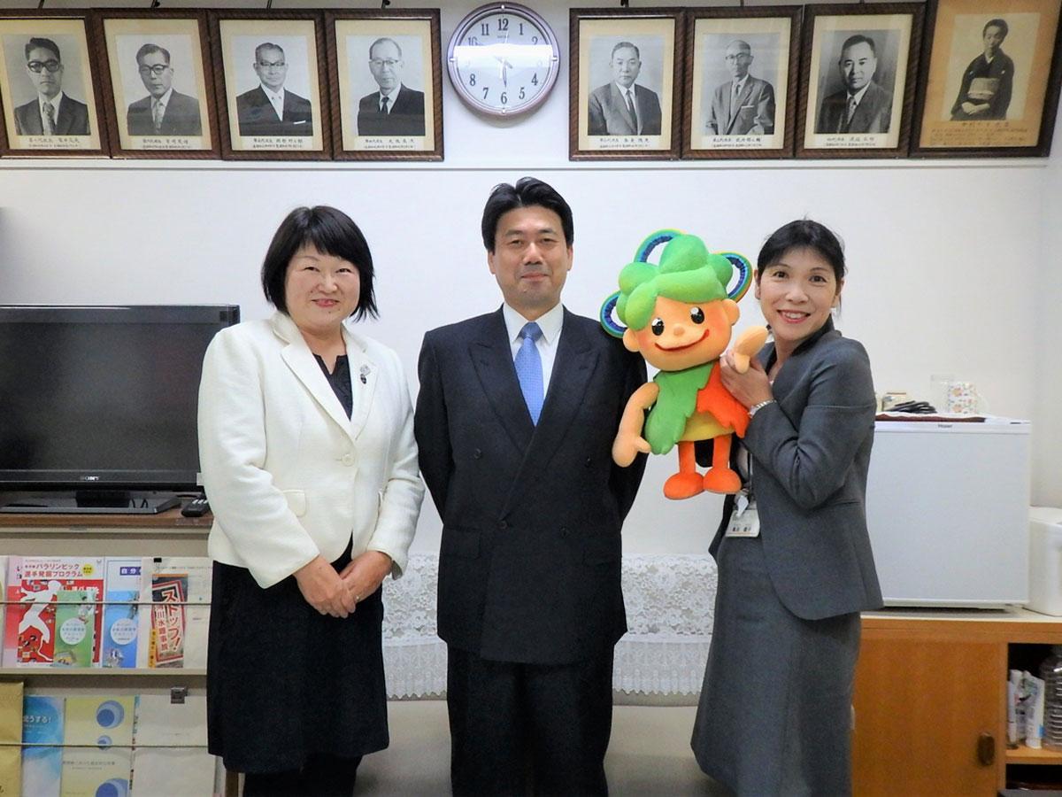 左から辻久恵校長、増岡広視実行委員長、亀田親子副校長と三小ケヤッキー