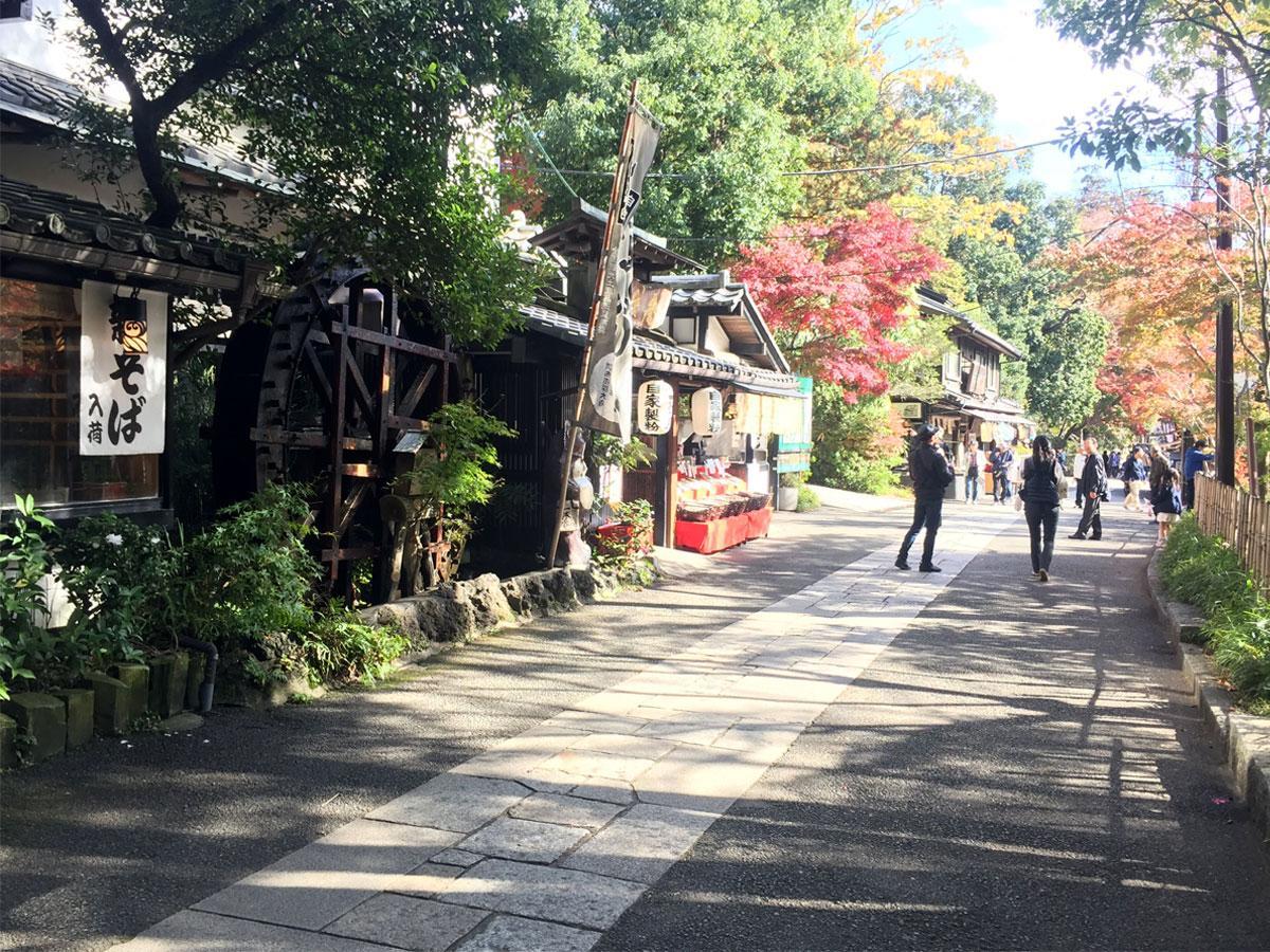 そば店が並ぶ深大寺の参道