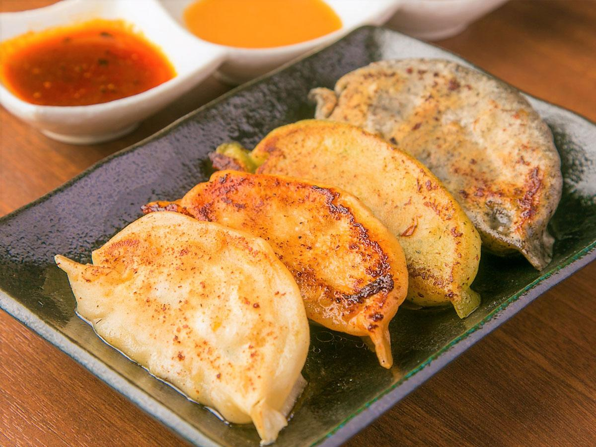 餃子創作料理居酒屋「十色」看板メニュー「王道焼餃子」4種類が入った「十色セット」
