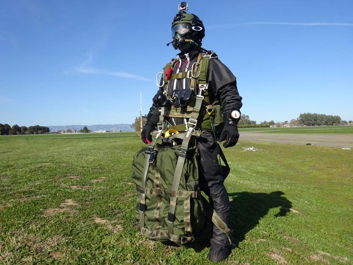 重装備で高度2万5000フィートからパラシュートを開傘した伊藤慎一さん