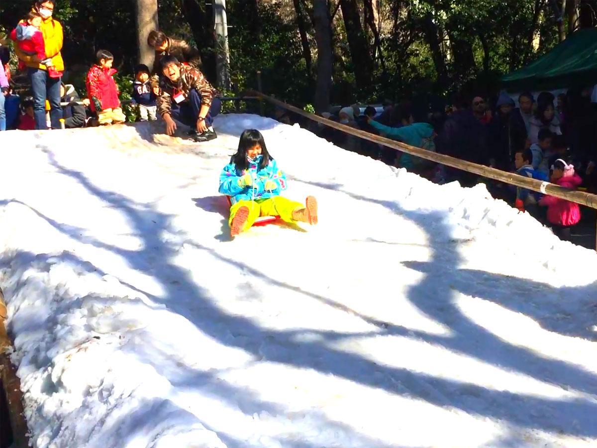 雪のすべり台で遊ぶ様子