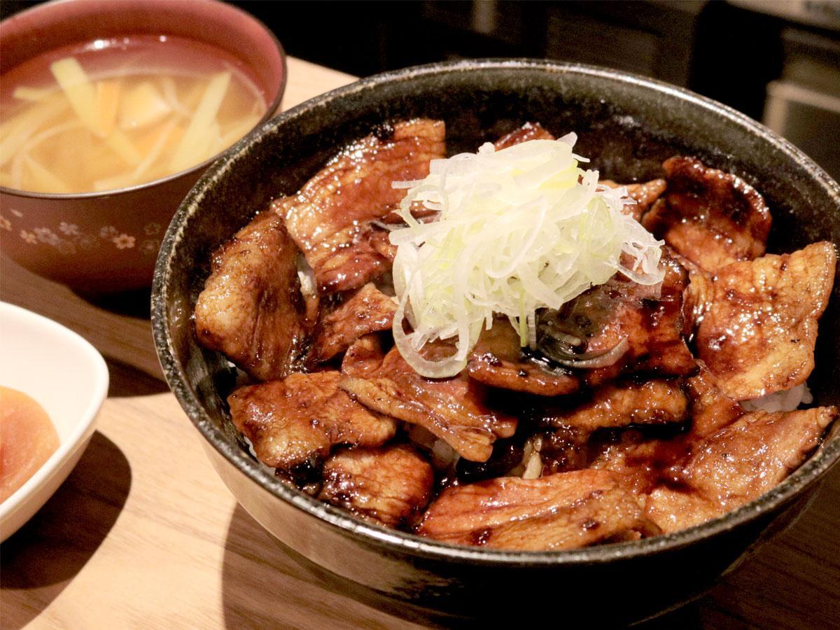 「ごはん家しぶ蔵」の秋田県産八幡平ポークと秘伝のタレを使った「炭焼豚丼」