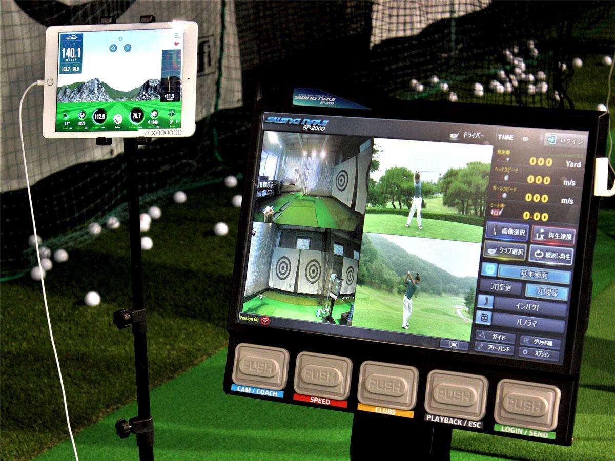 「ゴルファサイズ仙川店」の打席に設置されているスイングナビ、シミュレーションゴルフ