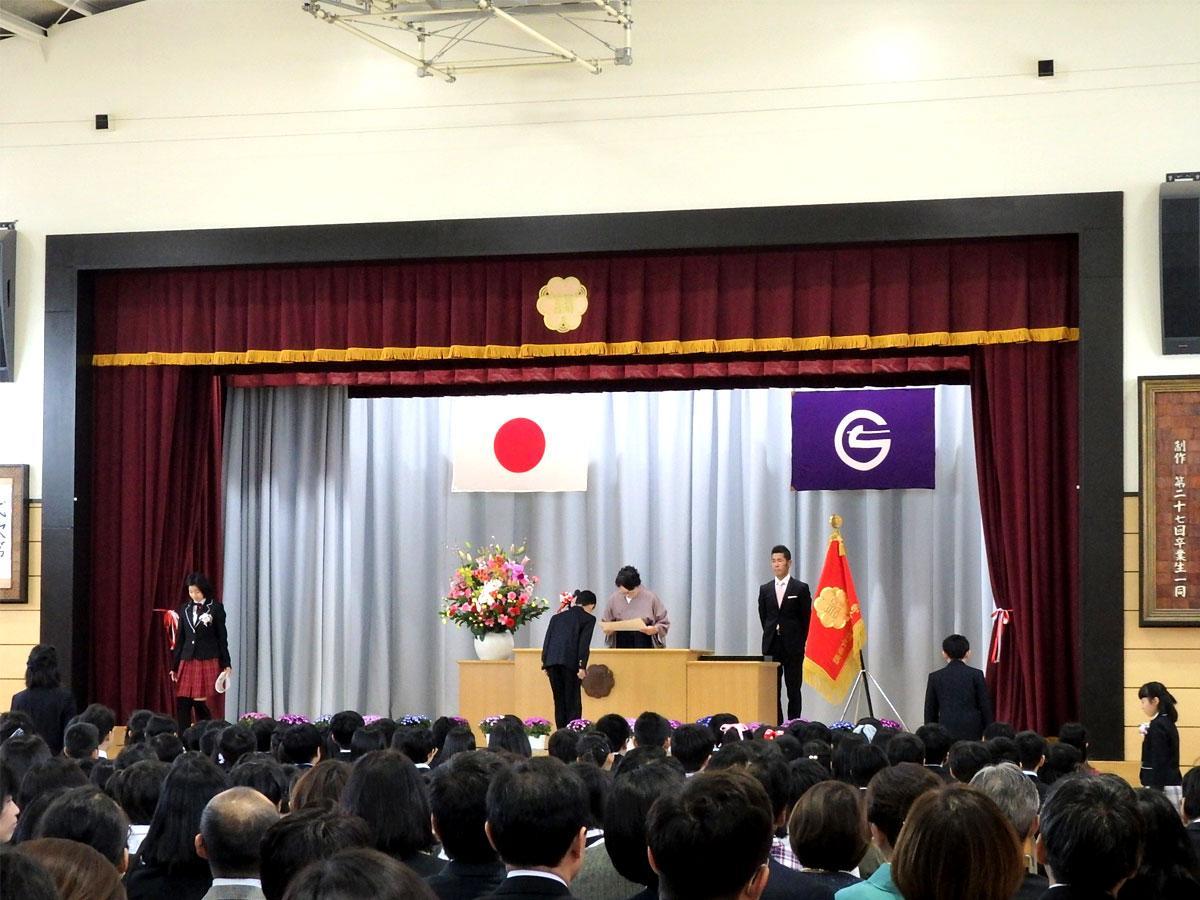 第三小学校卒業式、卒業証書授与の様子