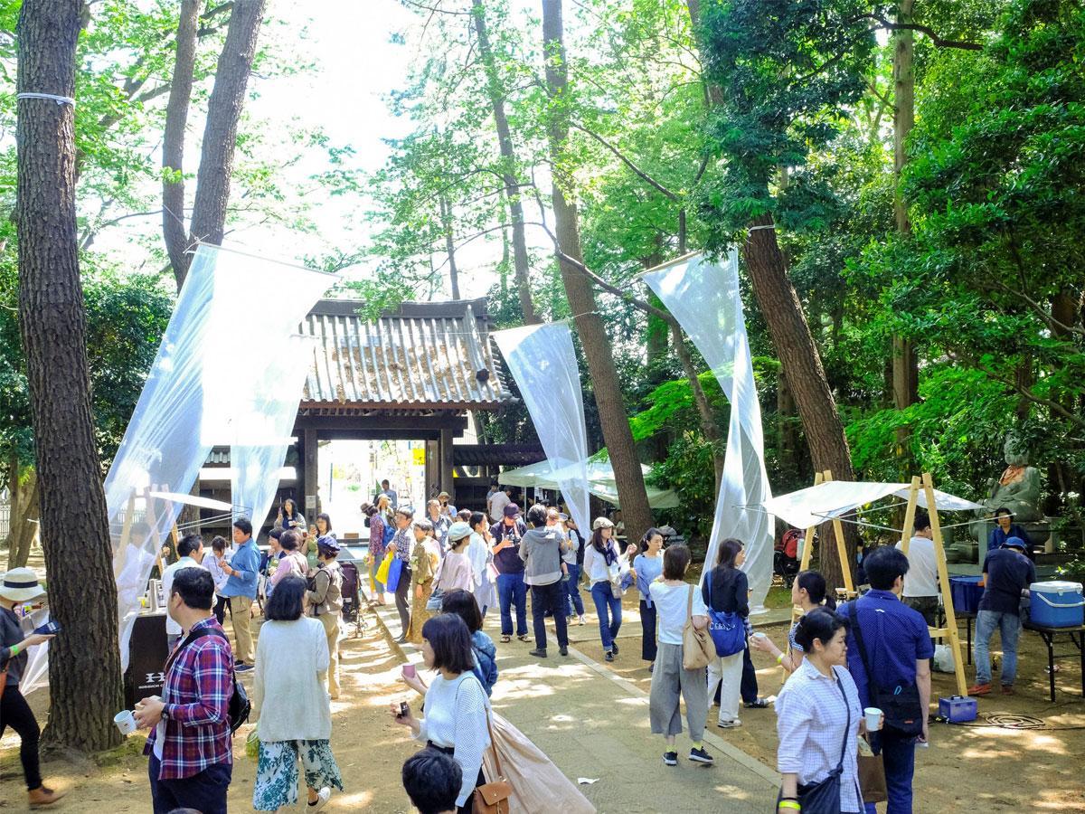 新緑の中、コーヒーフェス「珈琲参道」を楽しむ人々、昨年の様子