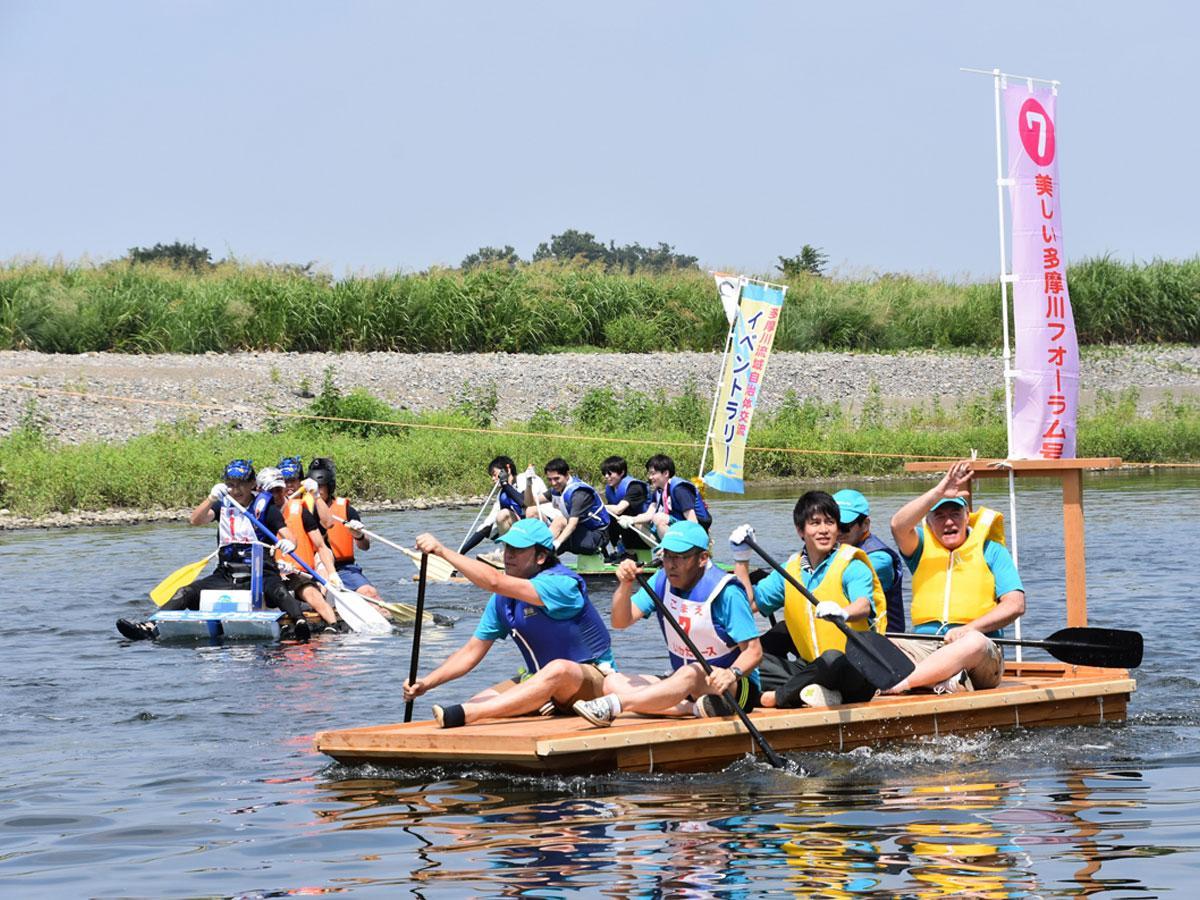 「狛江古代カップ 多摩川いかだレース」の様子