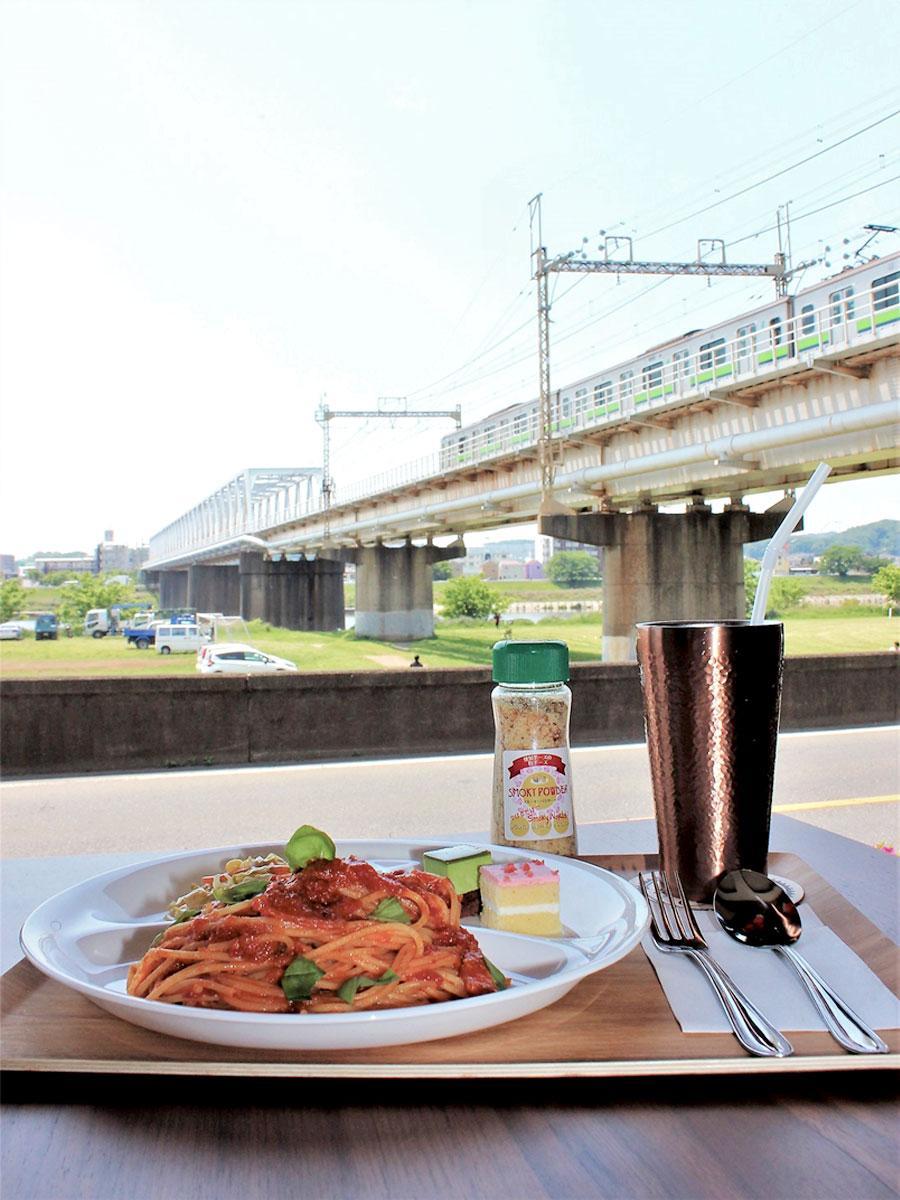 調布・京王多摩川にサイクリングカフェ 多摩川と京王線を眺め、くつろぎの拠点に