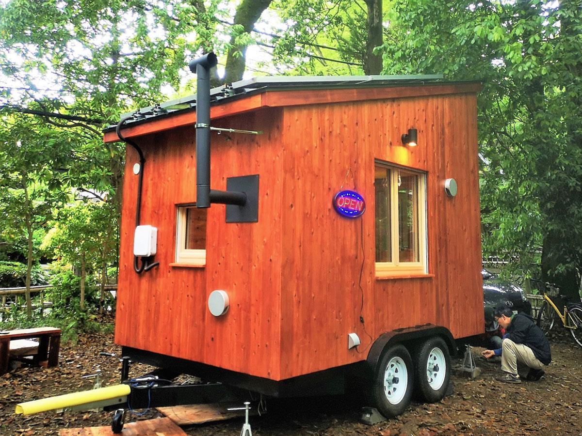 完成した木製トレーラーハウス「移動式えねこや」