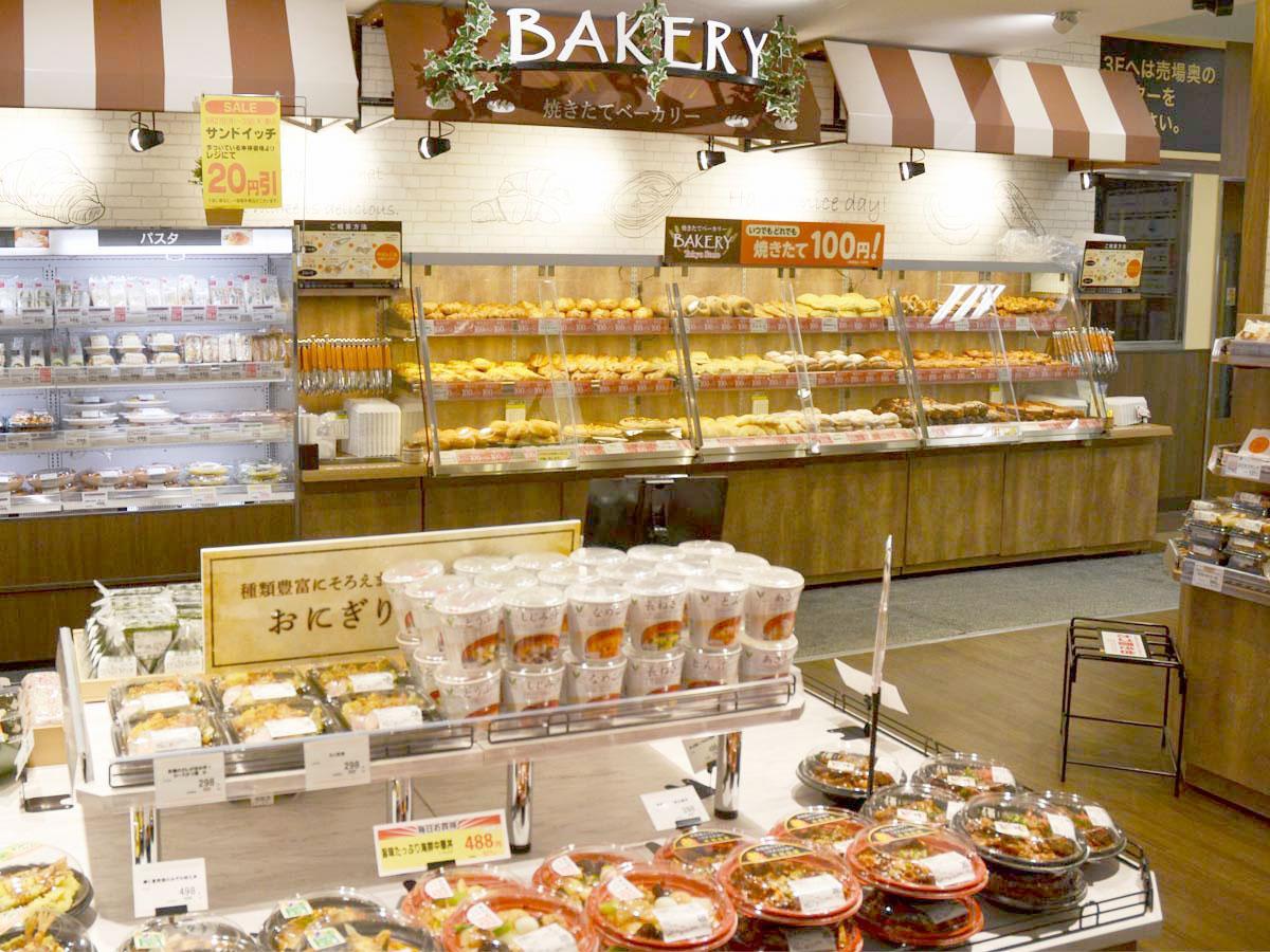 拡大した1階の惣菜コーナーと新たに導入された「焼きたてベーカリー」の一角