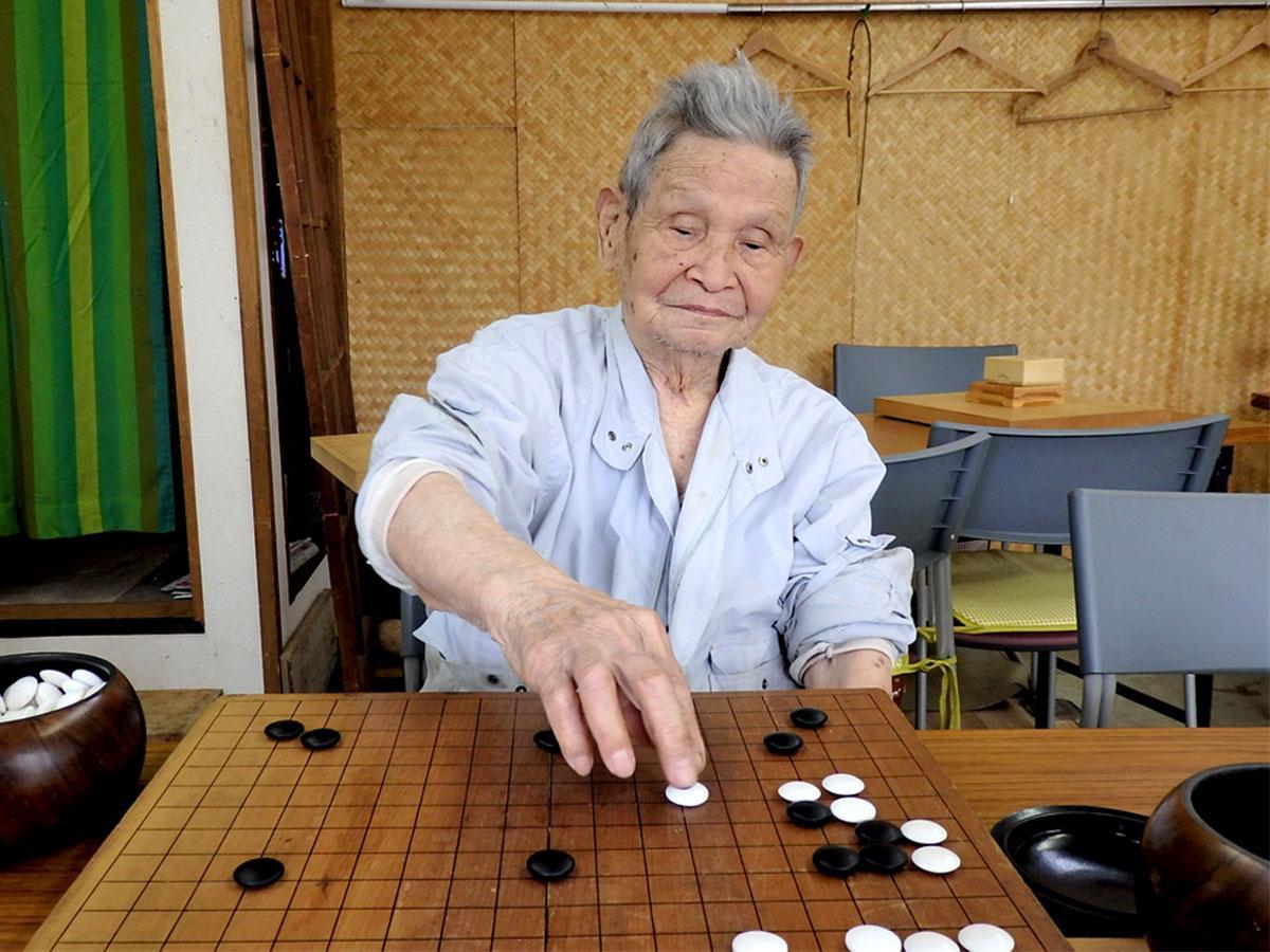 囲碁の打ち方を教える中村弘さん、101歳になった