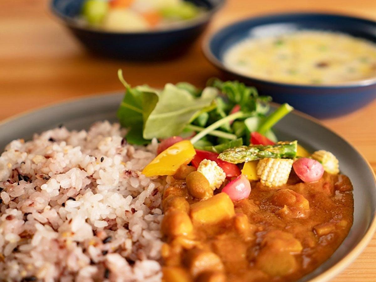 「空と大地と」の看板メニュー 新ごぼうの野菜ごろごろ五穀米を使用したカレーランチ