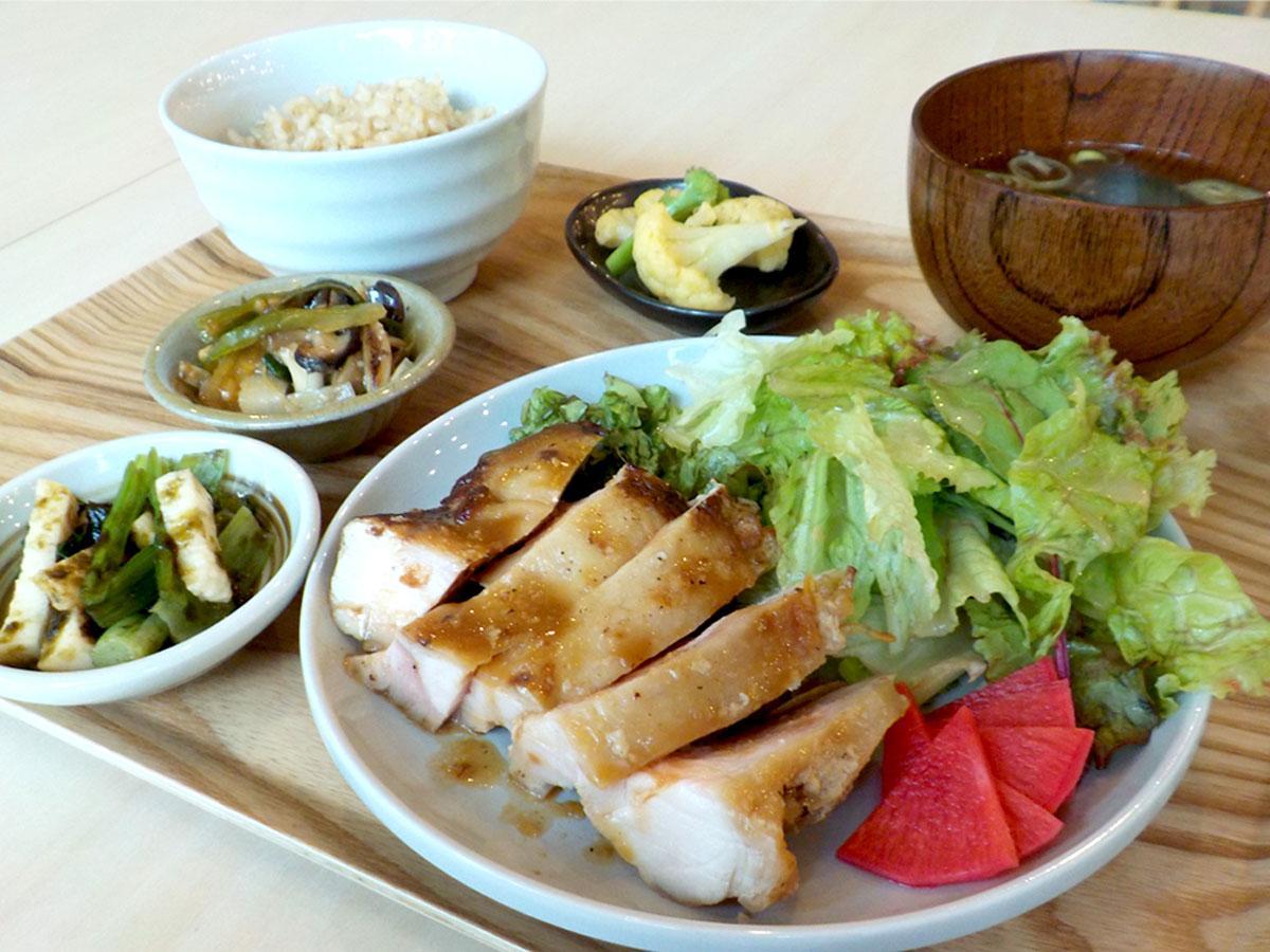多彩な味わいが楽しめる一番人気の「キナリヤ定食」
