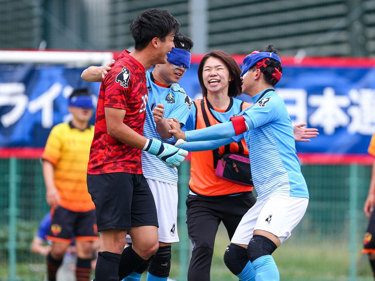 ゴールが決まりチームメートと喜び合う「free bird mejirodai」 ©日本ブラインドサッカー協会/鰐部春雄