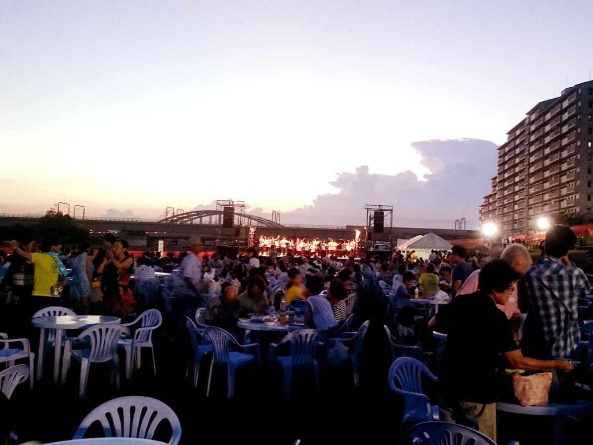狛江・多摩川花火大会「狛江側土手下テーブル席」の様子