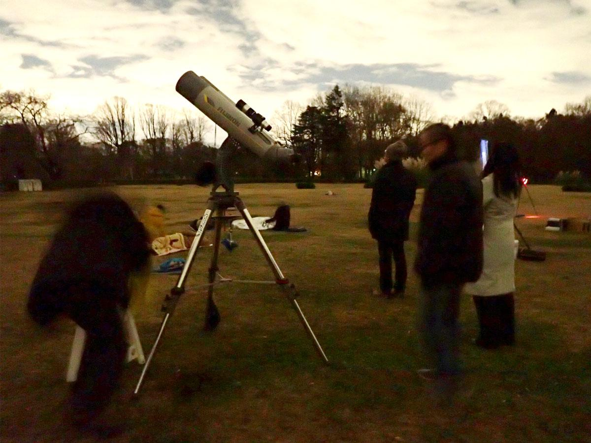神代植物公園の芝生公園で行う天体観察(昨年の様子)