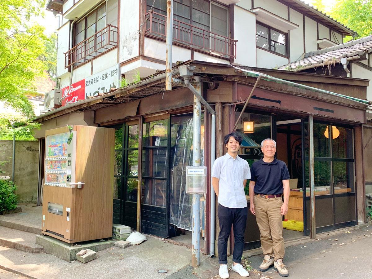 """空き家を""""スナックする""""会代表の薩川さん(左)と、同物件のオーナー(右)"""