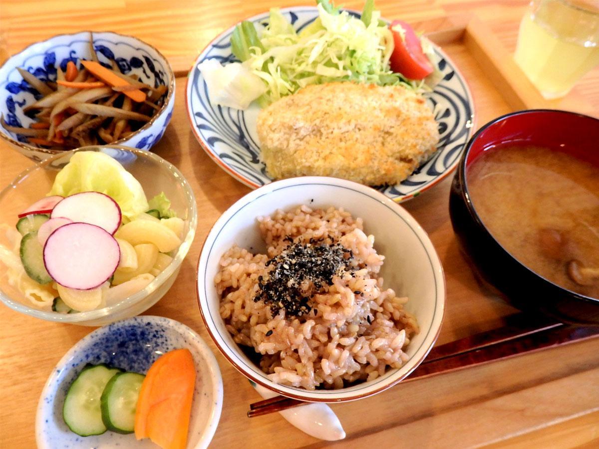 日替わりランチ「玄米定食」。この日は、玄米ご飯、焼きコロッケ、きんぴらごぼう、マカロニサラダ、手作りのぬか漬け、みそ汁、寒天デザート