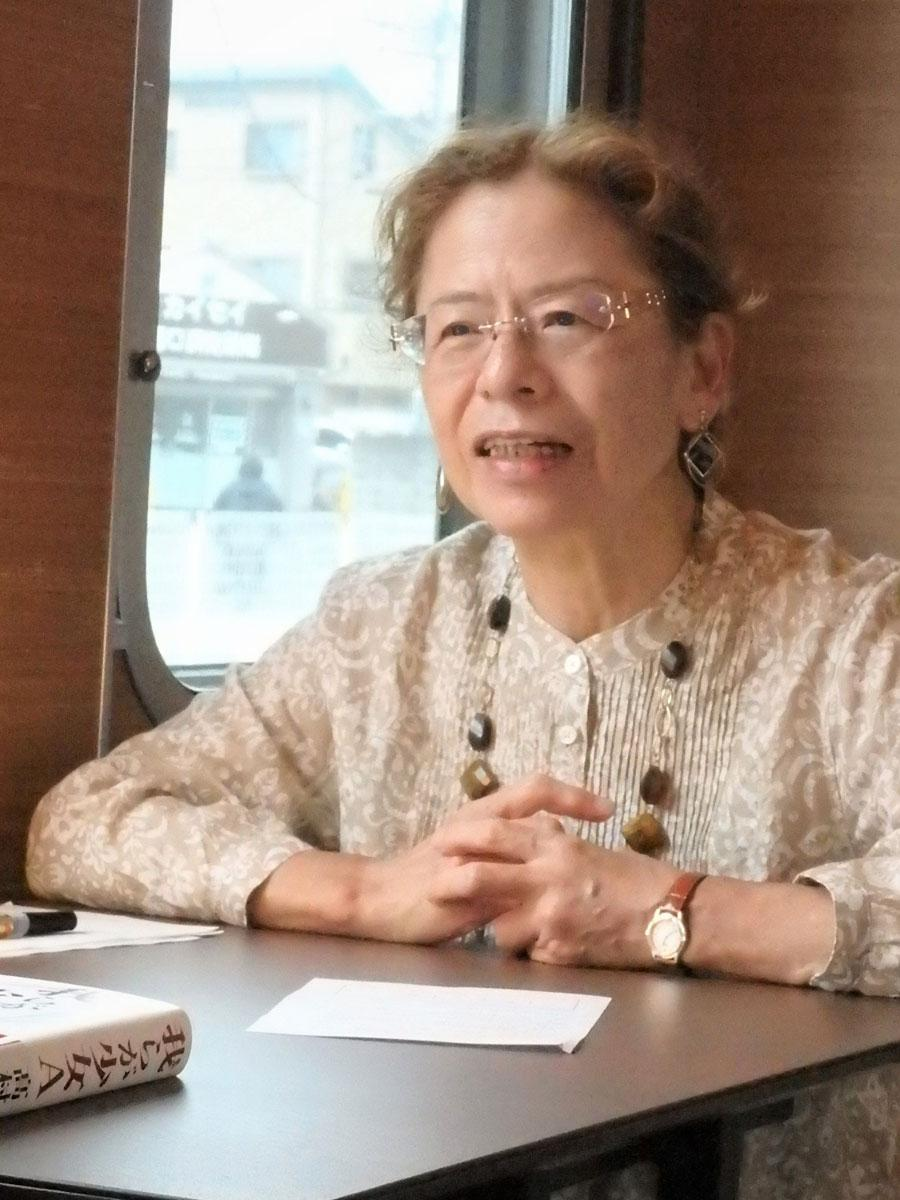 直木賞作家の高村薫さん、7月9日西武鉄道の列車内で行われた「我らが少女A」刊行記念イベントにて(「高」ははしごだか)