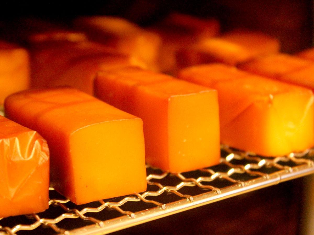 「調布スモーク工房」で丁寧に作られたスモークチーズ