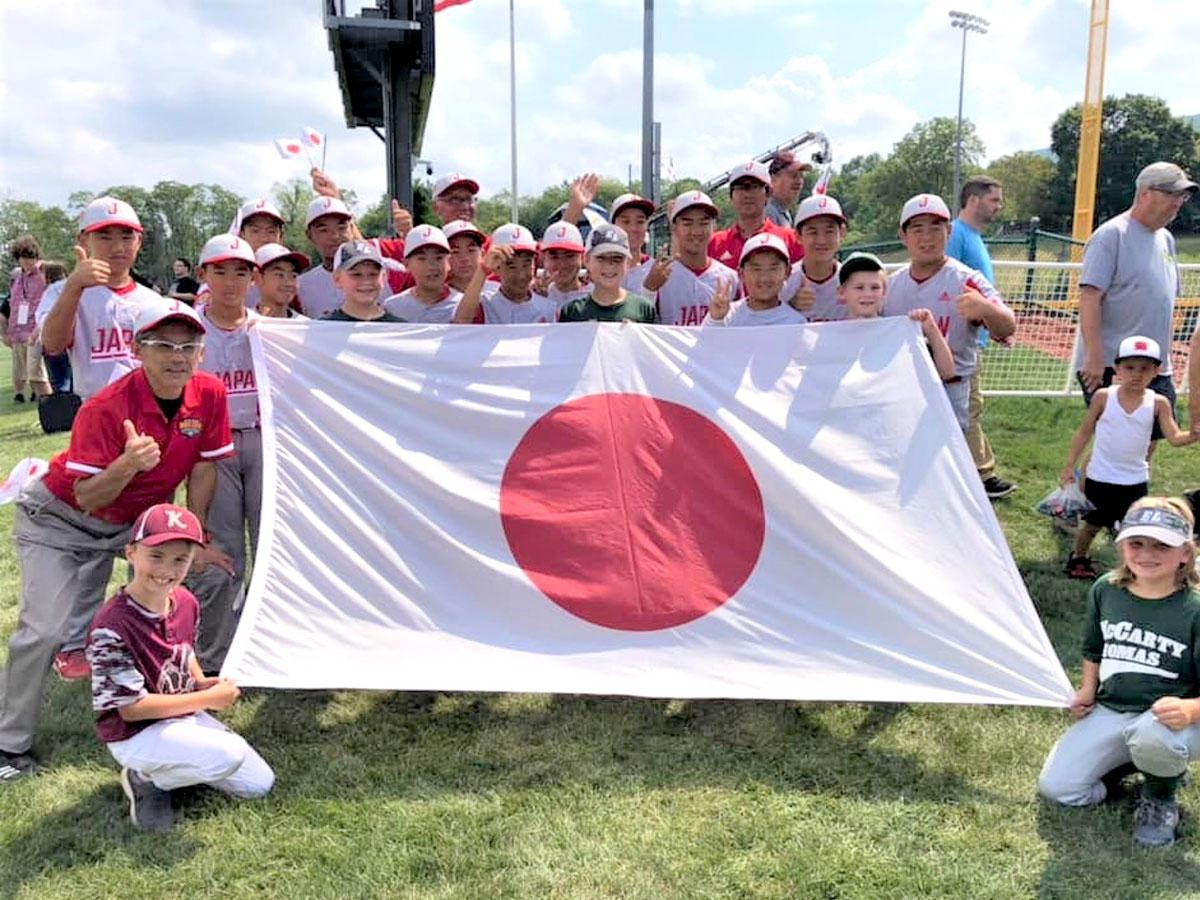 日の丸を掲げる調布リトルリーグの一団。リトルリーグ・ワールドシリーズにて