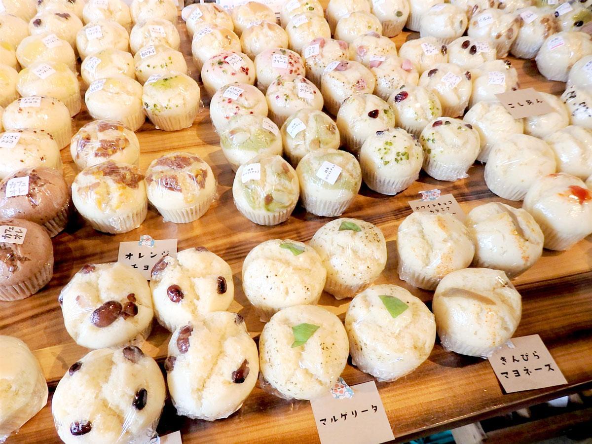 天然酵母の蒸しパンは、定番からおかず、スイーツ系まで約30種