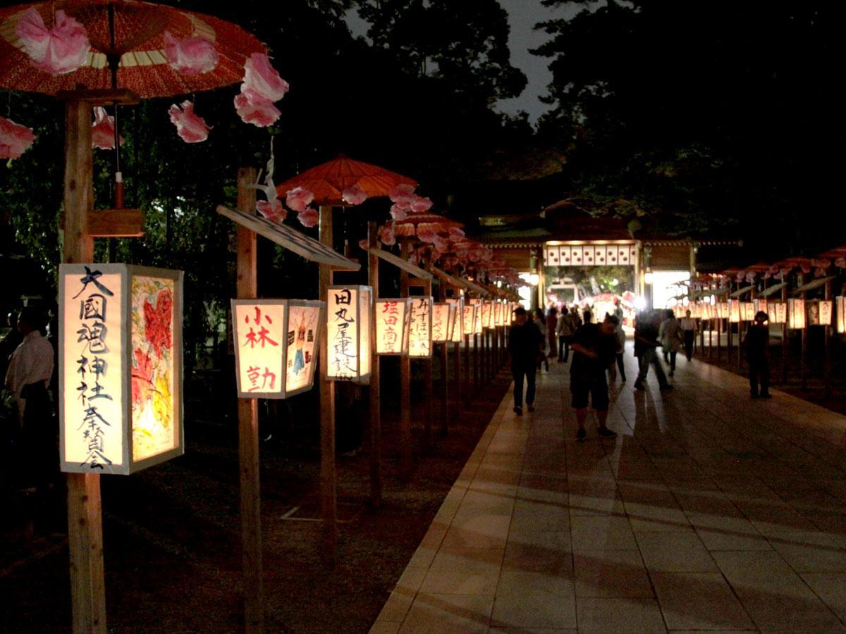 約260本のあんどんが並び、祭り情緒を演出する大國魂神社のくり祭