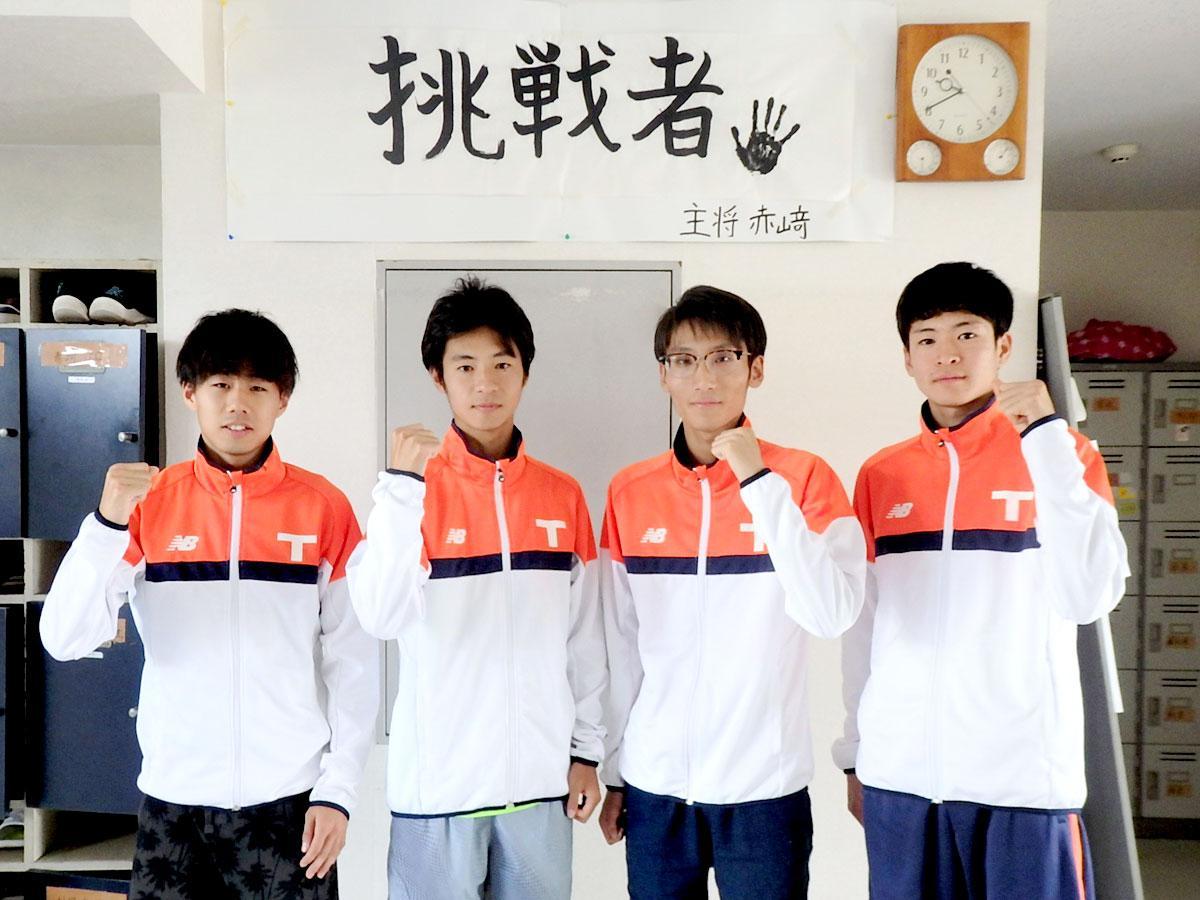 左から竹蓋選手・赤崎選手・中井選手・江口選手、西調布のクラブハウスにて