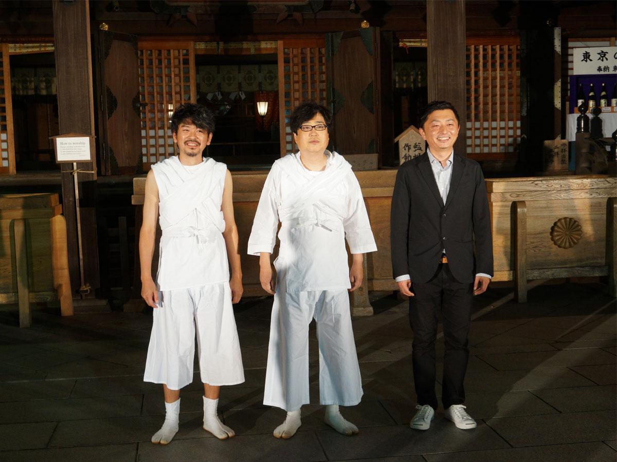 大國魂神社の拝殿前に並ぶ、(左から)主要キャストの斉藤陽一郎さん、主演の六角精児さん、監督・脚本の浅野晋康さん