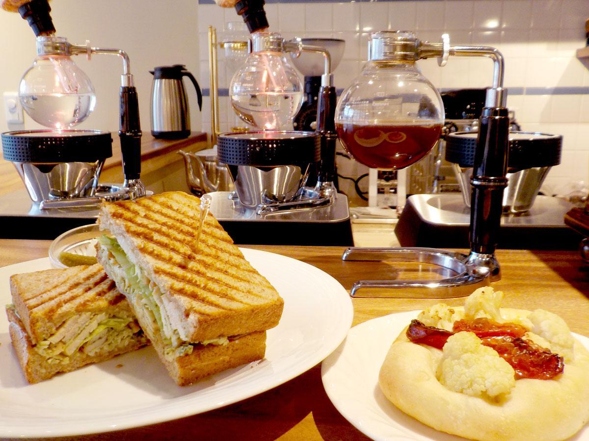 仙川にサイフォンコーヒーと全粒粉パンのカフェ 地元食材のコラボメニューも