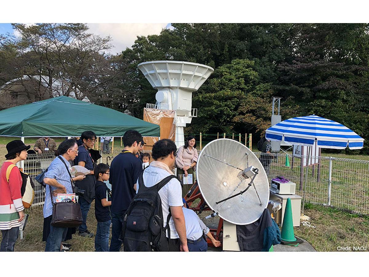 アンテナを操作して太陽からの電波信号をキャッチする野外体験コーナー ©国立天文台