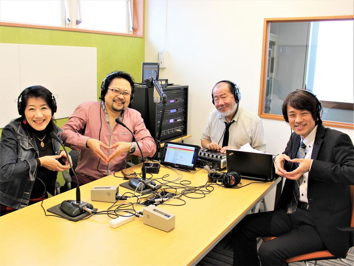 右から、狛江ラジオ放送代表の松崎学さん、プロデューサーの吉田武史さん、第1・3水曜22時からのパーソナリティー・ME音(めおと)の青柳素晴さん、江口二美さん