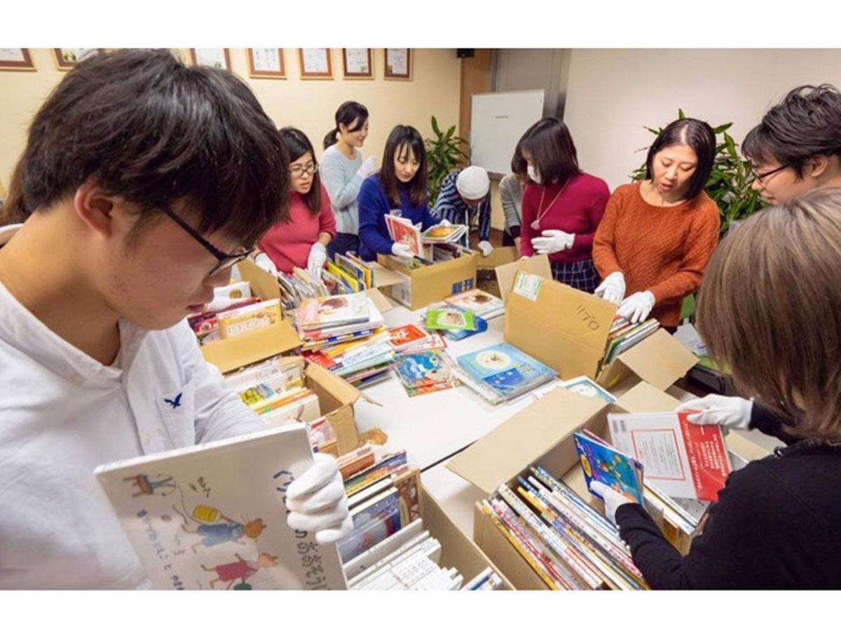 全国の書店に集まった絵本は、東京と岡山に集められ、ボランティアの手によって年齢や人数ごとに仕分けられる