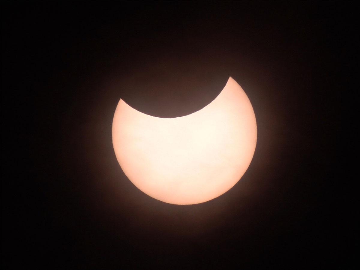 2019年1月6日に府中で見られた部分日食。12月26日の太陽の欠け方とは異なる。(撮影:佐藤幹哉)