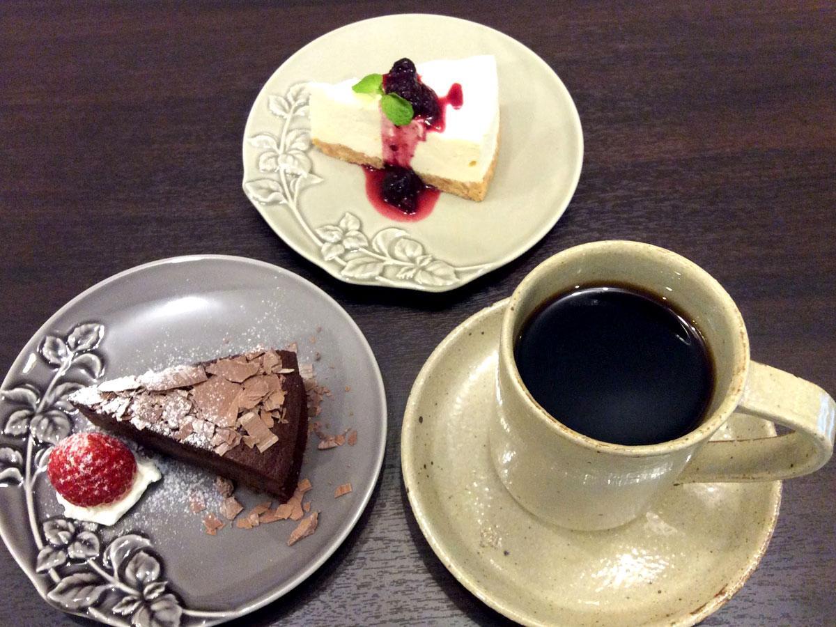 チョコレートケーキ(手前)、レアチーズケーキ(奥)は単品で600円、コーヒーか紅茶のセットで800円