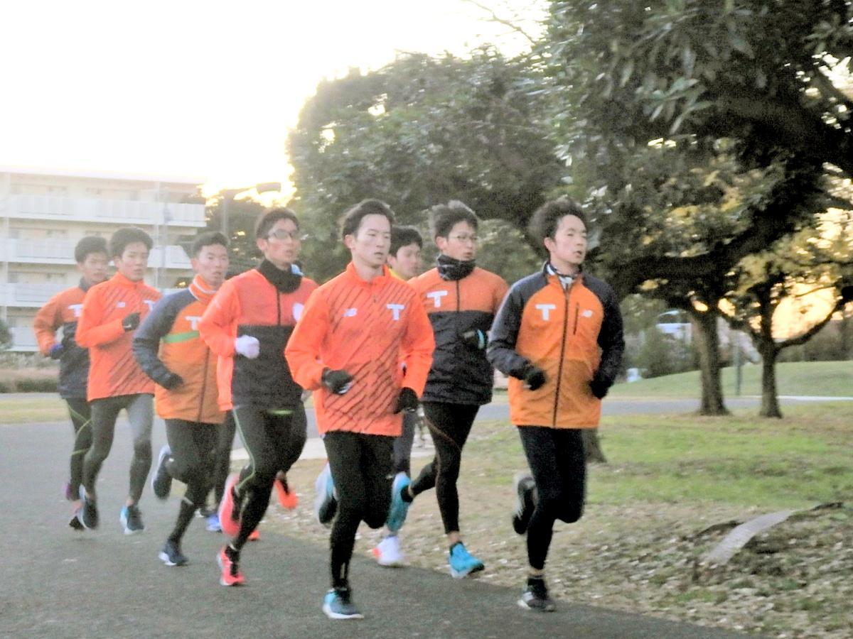 早朝、武蔵野の森公園で最終調整する拓殖大陸上部の選手ら(2019年12月24日)
