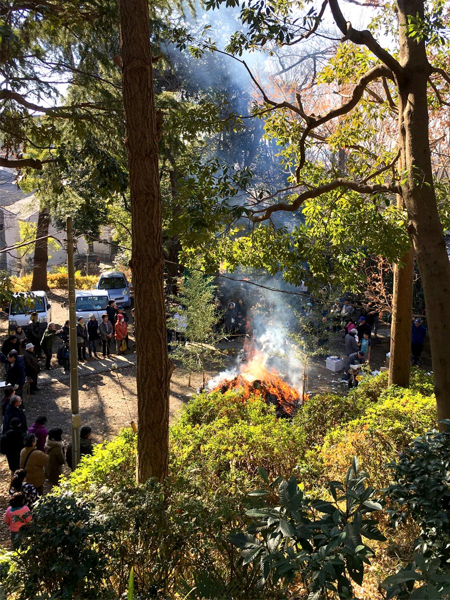 糟嶺神社で行われる「どんど焼き」