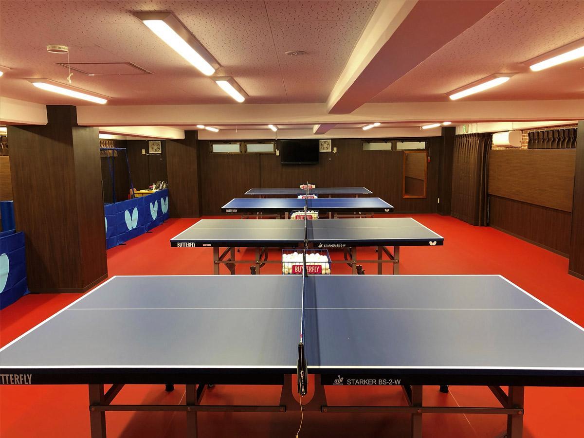 会員制卓球クラブ「うだ卓」の室内 国際大会で使用される赤いマットと卓球台