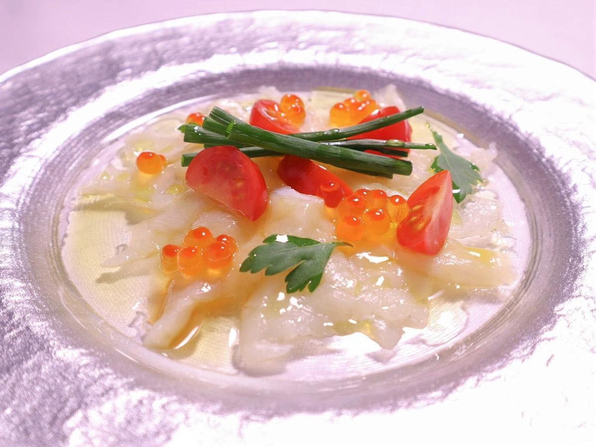 「Restaurant COZY」の「COZYフグづくしコース」の一品 「フグのカルパッチョ 白ワインポン酢とオリーブオイルで」