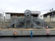 調布・京王線跡地にタコ形骨組みが出現 「タコ公園」復活へ市民ら期待
