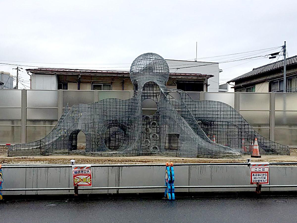 調布市役所西側の京王相模原線鉄道跡地に突如出現したタコ型骨組み2月10日の様子