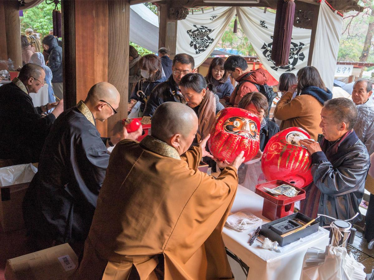 僧侶がだるまに目入れをする「だるま開眼所」