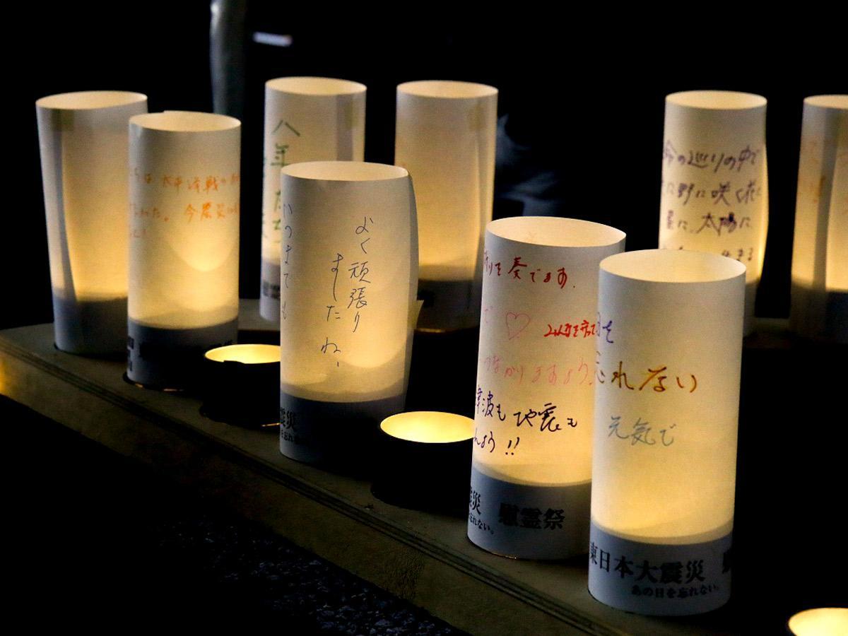 追悼の意を込めたLEDキャンドルによる献灯