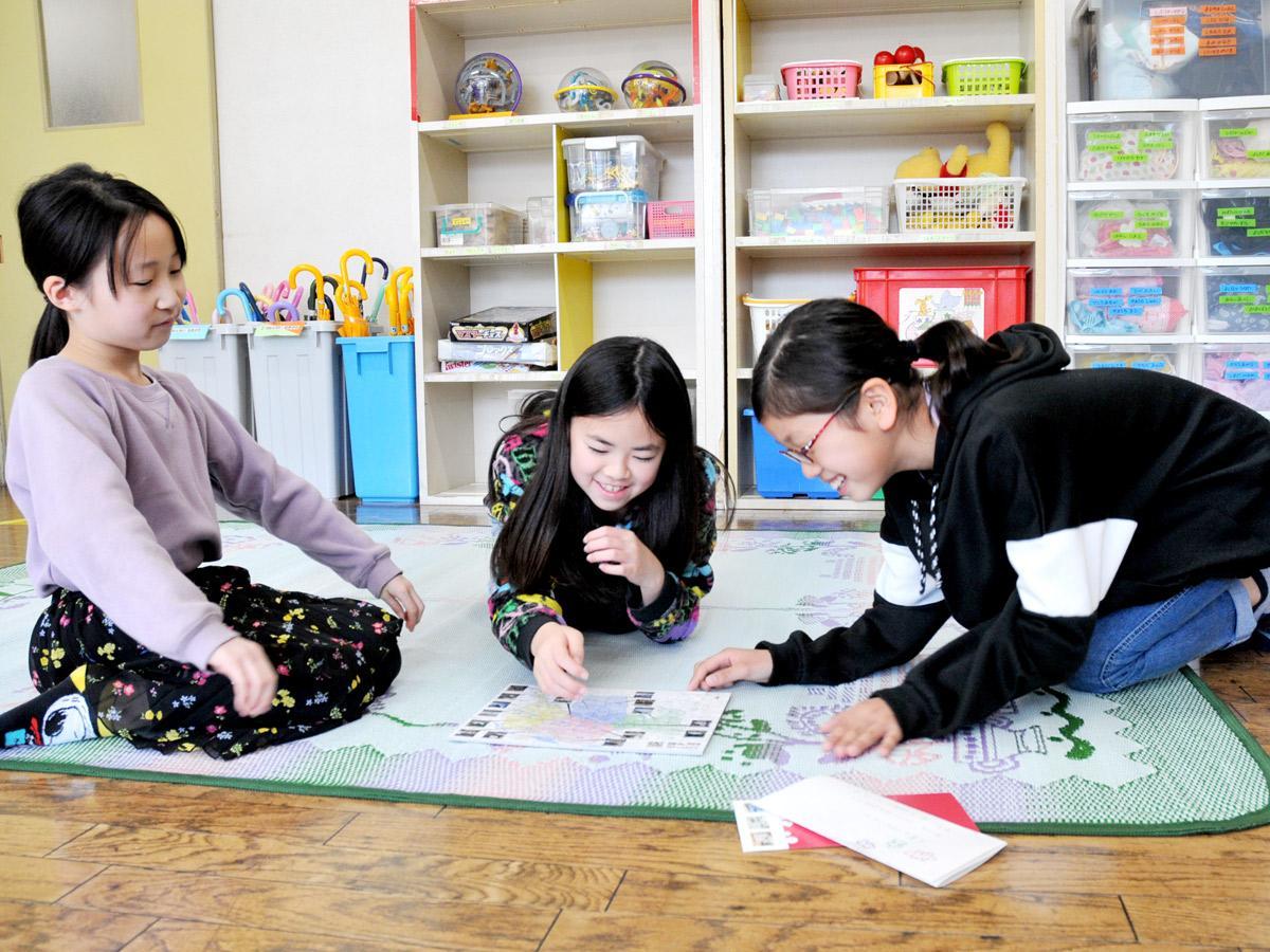 寄贈された「調布パズル」遊ぶ、染地児童館学童クラブの子どもたち