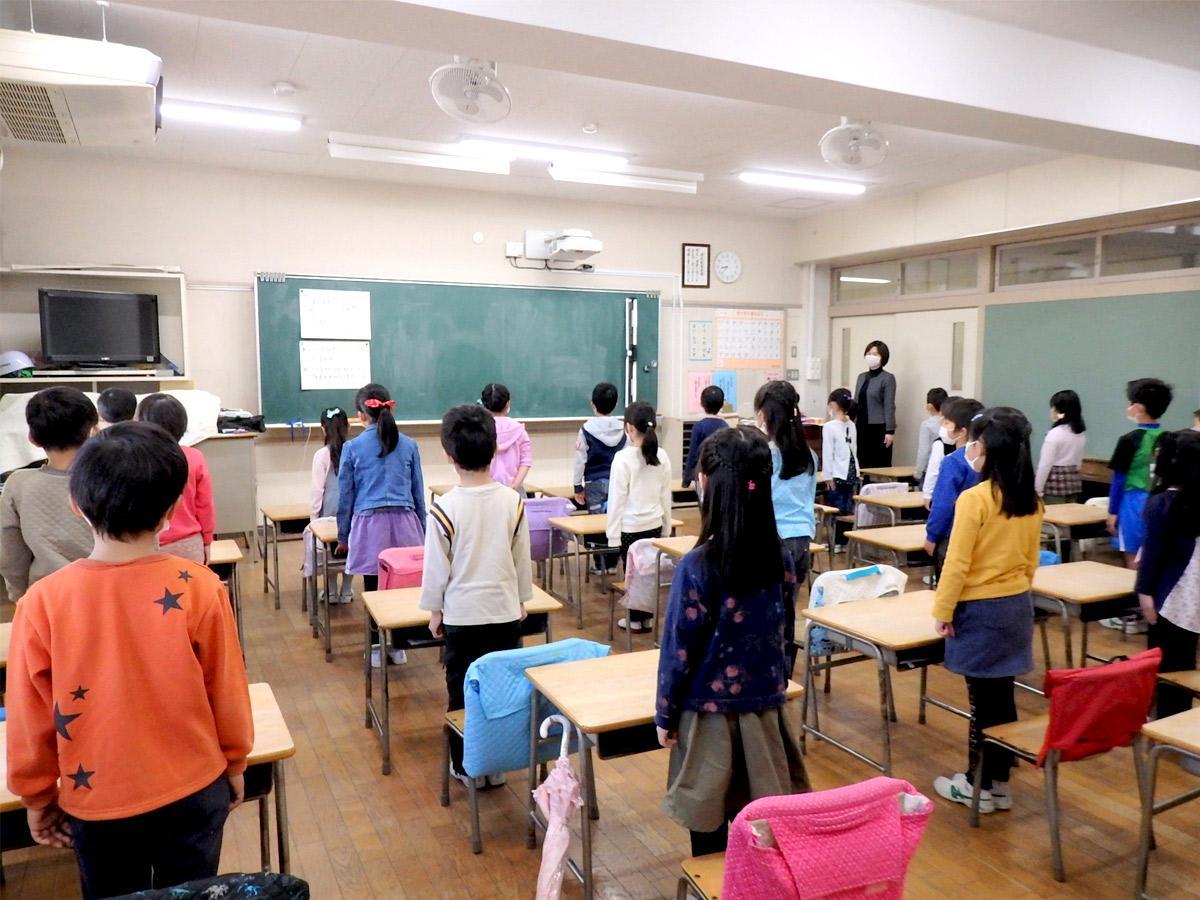 教室で、放送による修了式を聞く1年生児童、第三小学校で